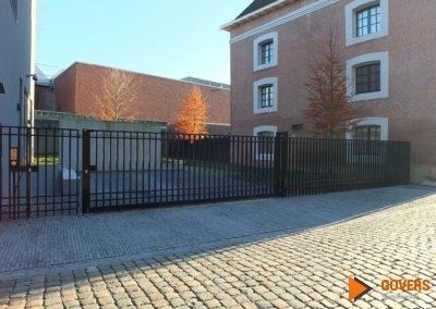 minimalistische poort met huis