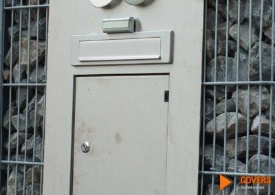 metalen brievenbus in stenen muur