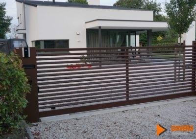 strak bruin hek met lamellen