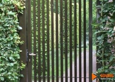 zwart hek achtertuin