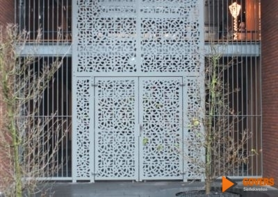 poort deur met decoratieve elementen