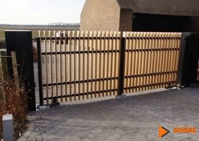 metalen hek met houten panelen