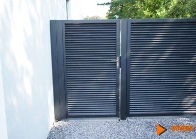 zwarte poort met panelen
