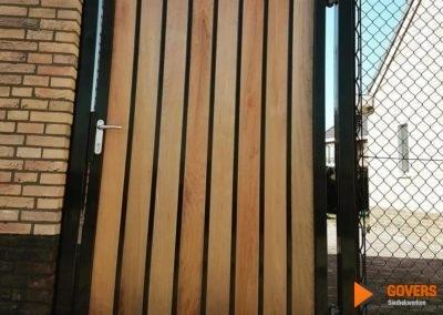 poortdeur van hout en metaal